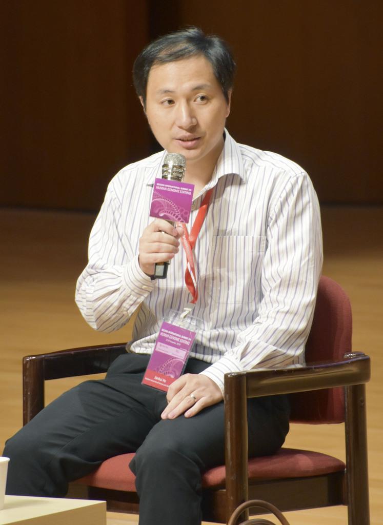 国際会議で質問に答える中国の南方科技大の賀建奎副教授=11月28日、香港(共同)
