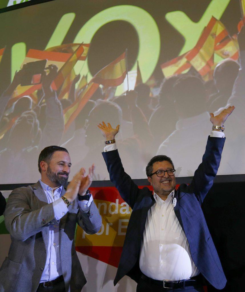 アンダルシア州議会で当選を果たし、喜ぶ候補者のフランシスコ・セラノ氏(右)と極右政党「ヴォックス」のサンティアゴ・アバスカル党首=2日、スペインのセビリア(ロイター)