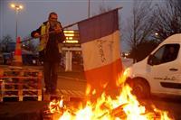 フランス燃料増税6カ月棚上げ 抗議デモ拡大で改革「挫折」