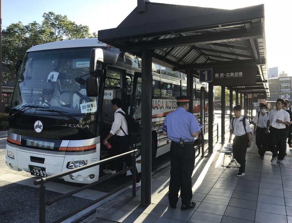 西日本豪雨の被災地で、住民の足として活躍した奈良交通の観光バス=広島県三原市