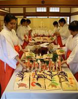 心込め「福かさね」 伏見稲荷大社で神楽女ら作業