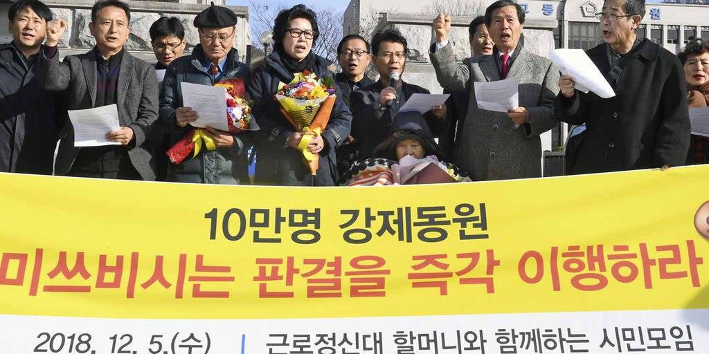判決後の記者会見で、三菱重工業に賠償に応じるよう求める原告ら=韓国・光州(共同)