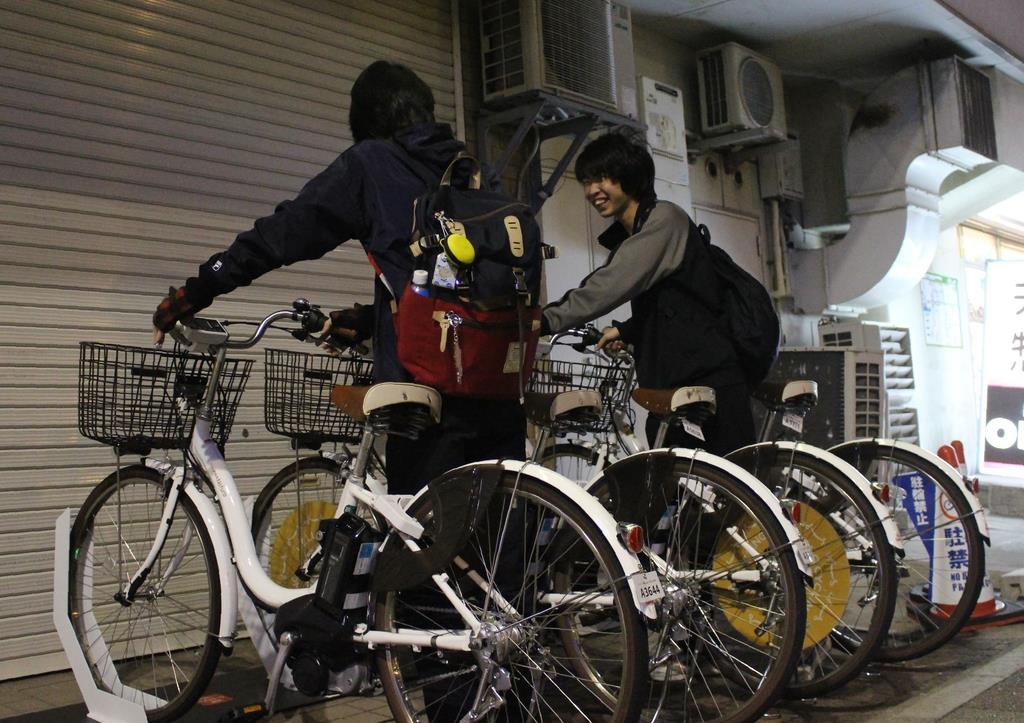 シェアサイクルを利用する高校生=阪神尼崎駅南側