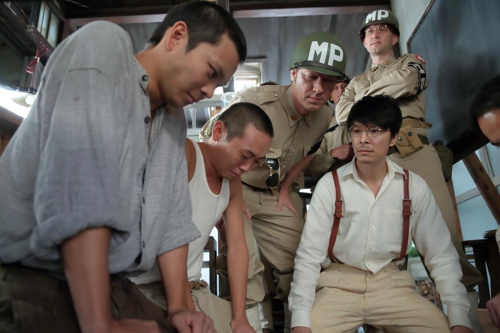 進駐軍を演じるプラント兄弟(奥の右端2人)。初めてとは思えない演技を見せてくれました