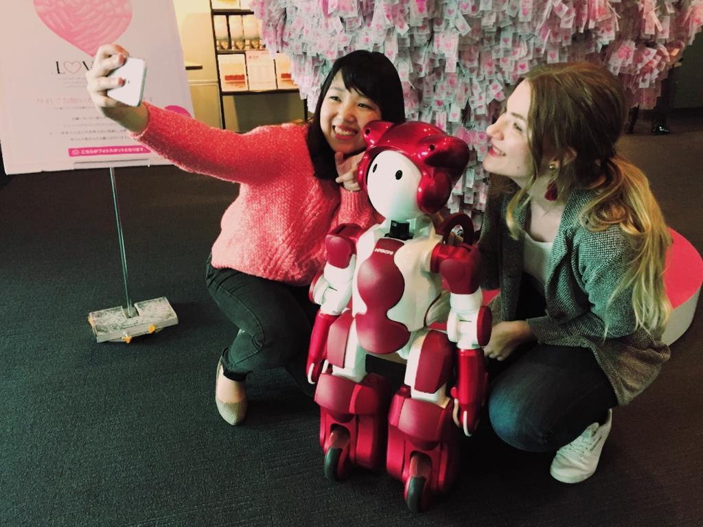 横浜ランドマークタワーに日立の多言語案内ロボットが登場
