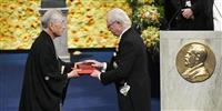 【ノーベル賞授賞式】本庶さんに国王からメダルと賞状