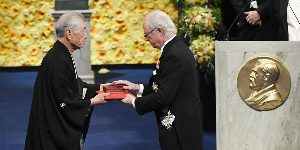 【パヨク発狂】 ノーベル賞の本庶佑特別教授、自前の黒紋付き羽織袴で授賞式に出席