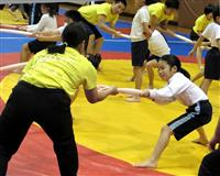 児童ら、心身の「強さ」学ぶ 九州共立大学体育館で高田延彦さん体育教室