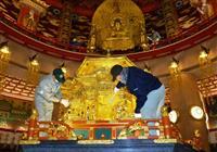 仏さまも迎春支度 姫路の仏舎利塔ですす払い