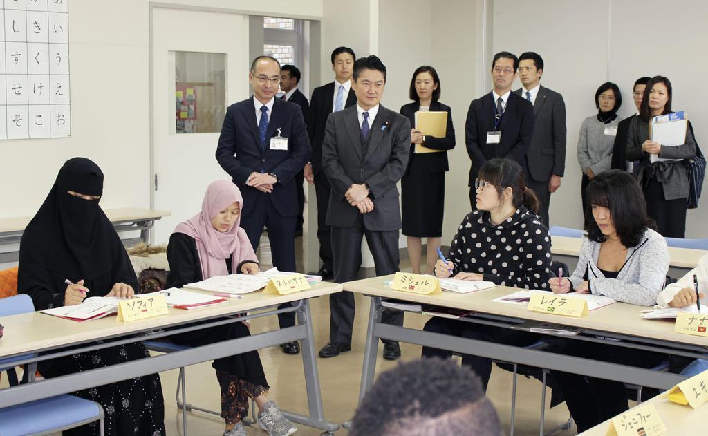 法相が外国人学校を視察 浜松市...