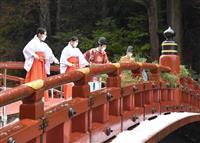 「日光の社寺」玄関口、神橋で平成最後のすす払い 栃木・日光
