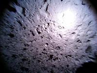 小惑星に多数のくぼみ はやぶさ2のロボットが撮影