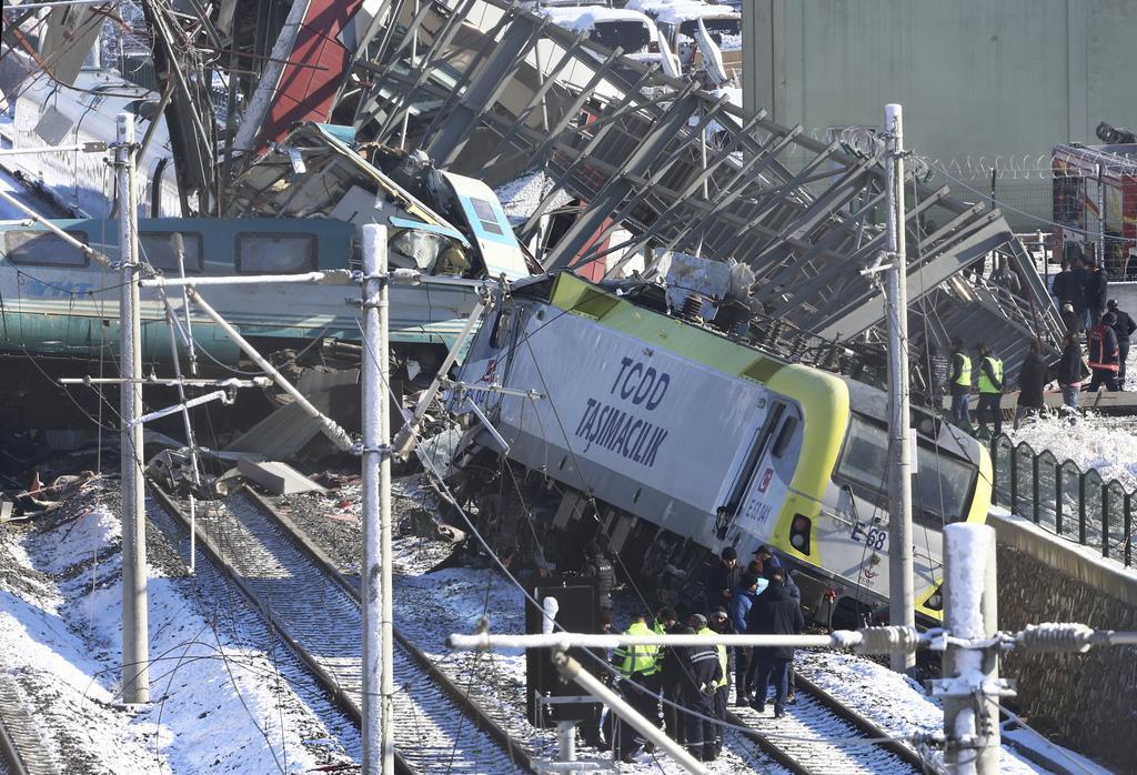 トルコ高速鉄道、点検用車両と衝突 9人死亡