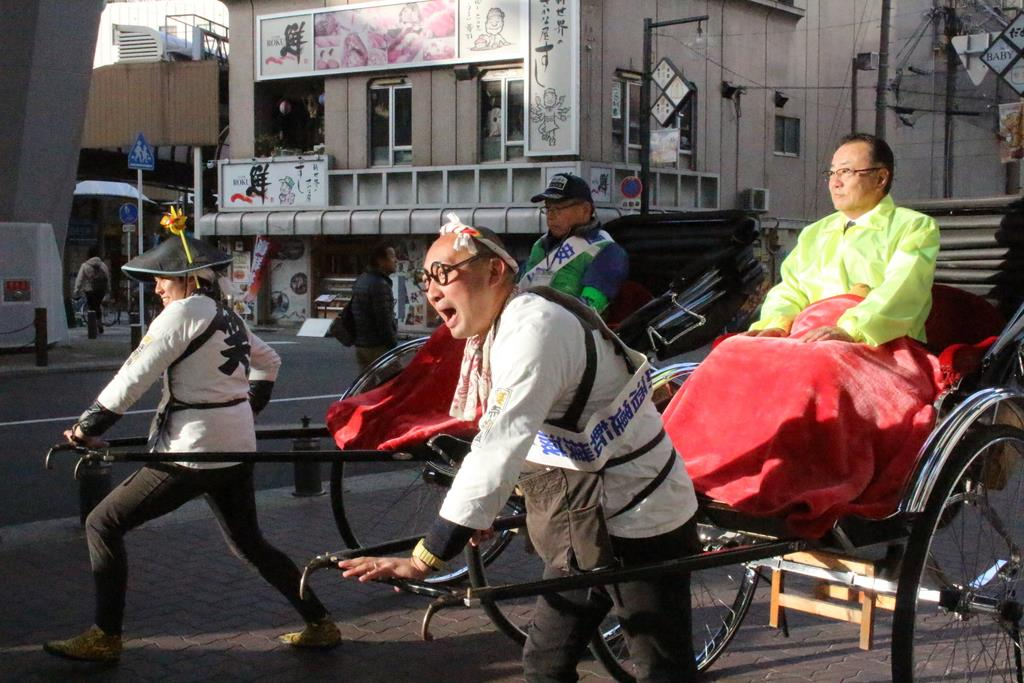 たすきかけて人力車出発、大阪・新世界で飲酒運転根絶キャンペー…