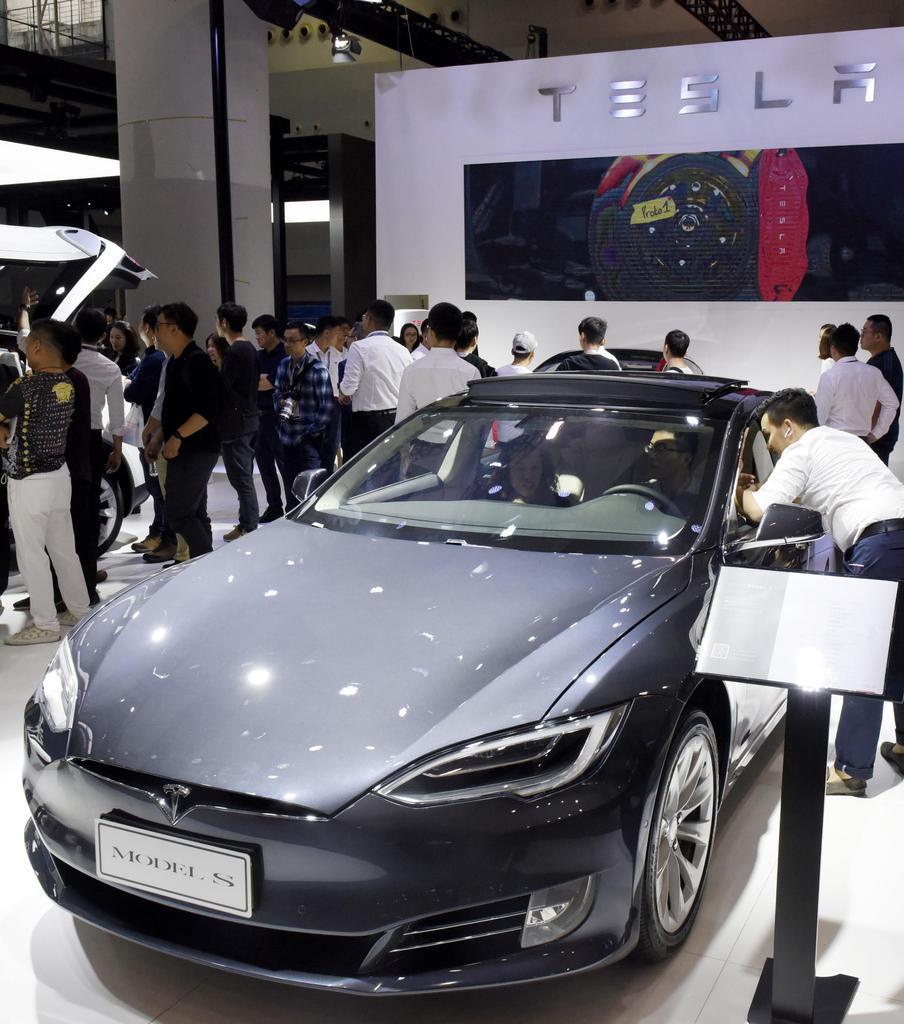 「広州国際モーターショー」で展示された米電気自動車メーカー、テスラの車=11月、中国・広州(共同)