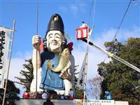 高さ20メートル「日本一のえびす様」ですす払い 栃木・真岡