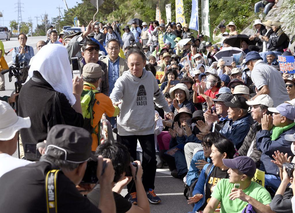 沖縄県名護市辺野古で開かれた、埋め立て用の土砂投入に抗議する集会に参加した玉城デニー知事(中央)=15日午前