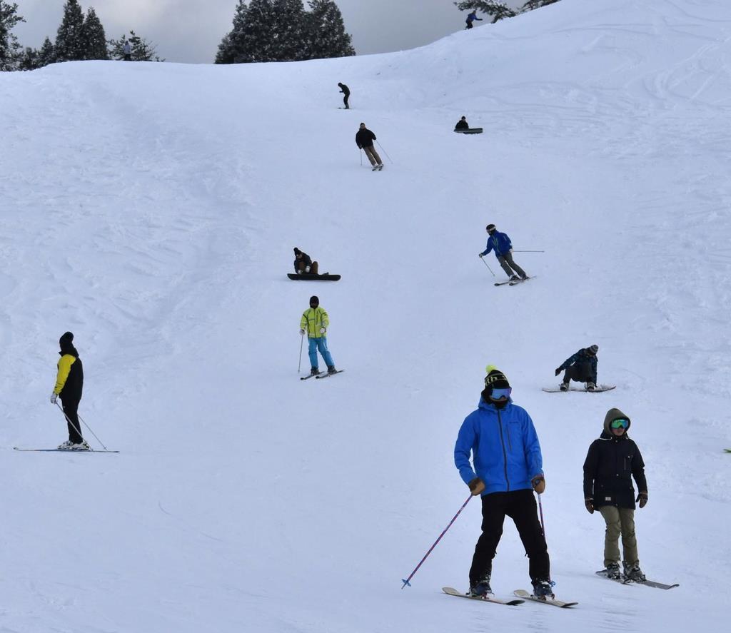 滋賀・箱館山スキー場がオープン 初滑り楽しむ