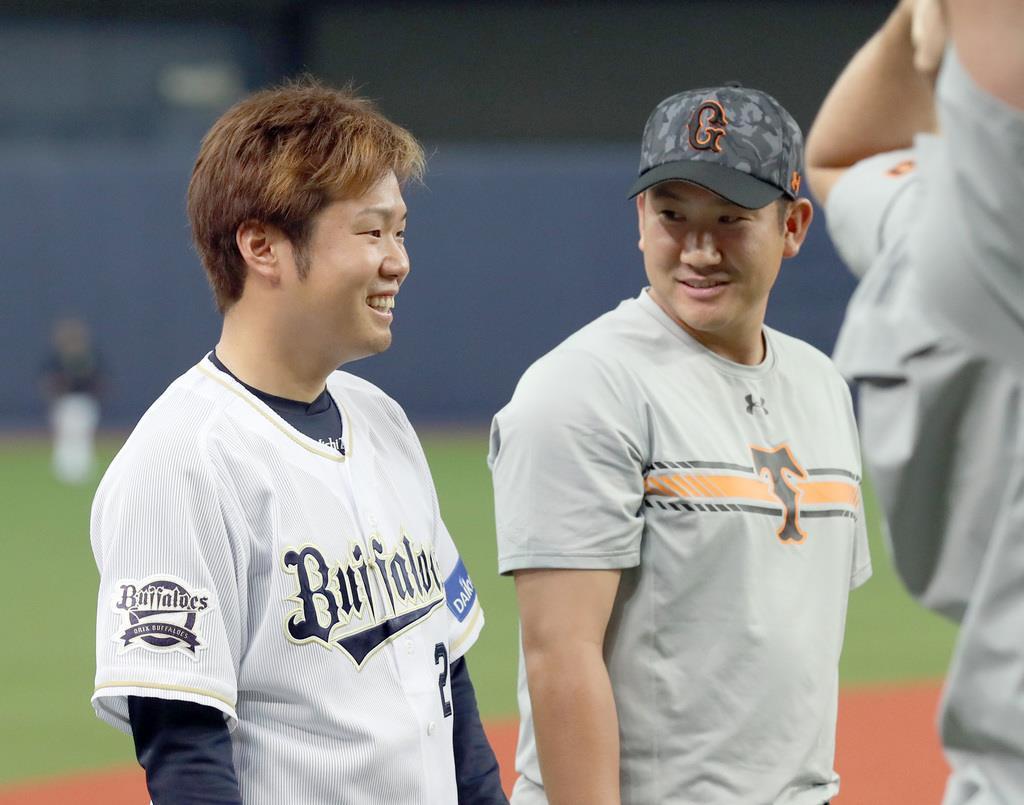 6月のプロ野球交流戦で談笑する巨人・菅野智之(右)とオリックス・西勇輝=京セラドーム大阪(撮影・矢島康弘)