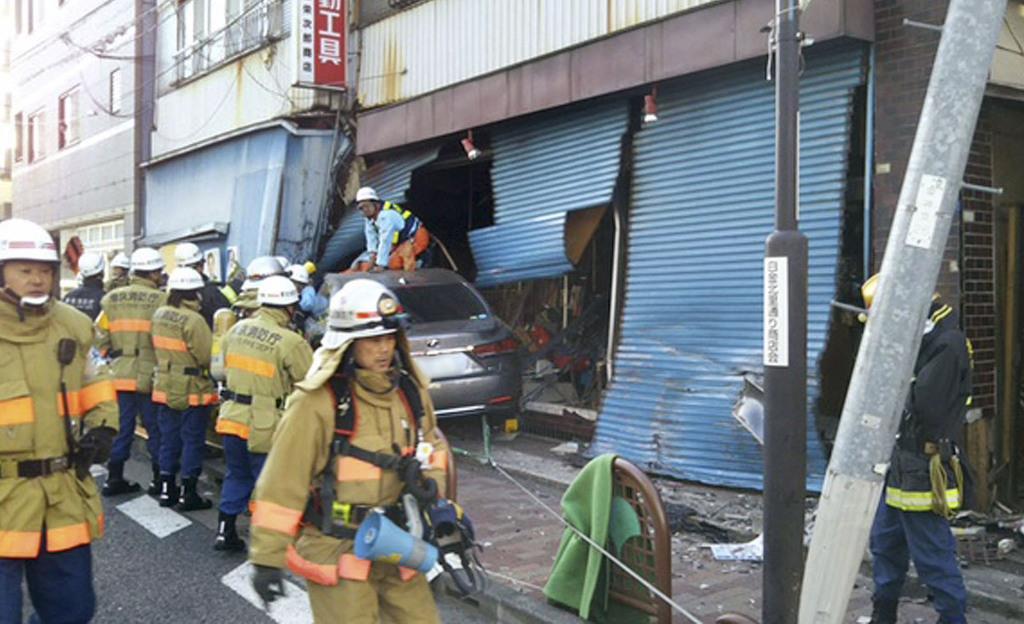 石川達紘弁護士が運転する乗用車が突っ込んだ金物店=2月、東京都港区(佐藤伸弘さん提供、ナンバープレートにモザイク加工しています)