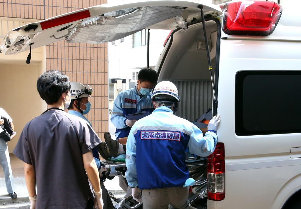 患者を搬送する大阪市消防局の救急隊