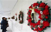 毛糸素材のXマスリース 花や松ぼっくりまで編んでます 松江