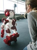 景色紹介する人型ロボット、横浜ランドマークタワーで日立が披露