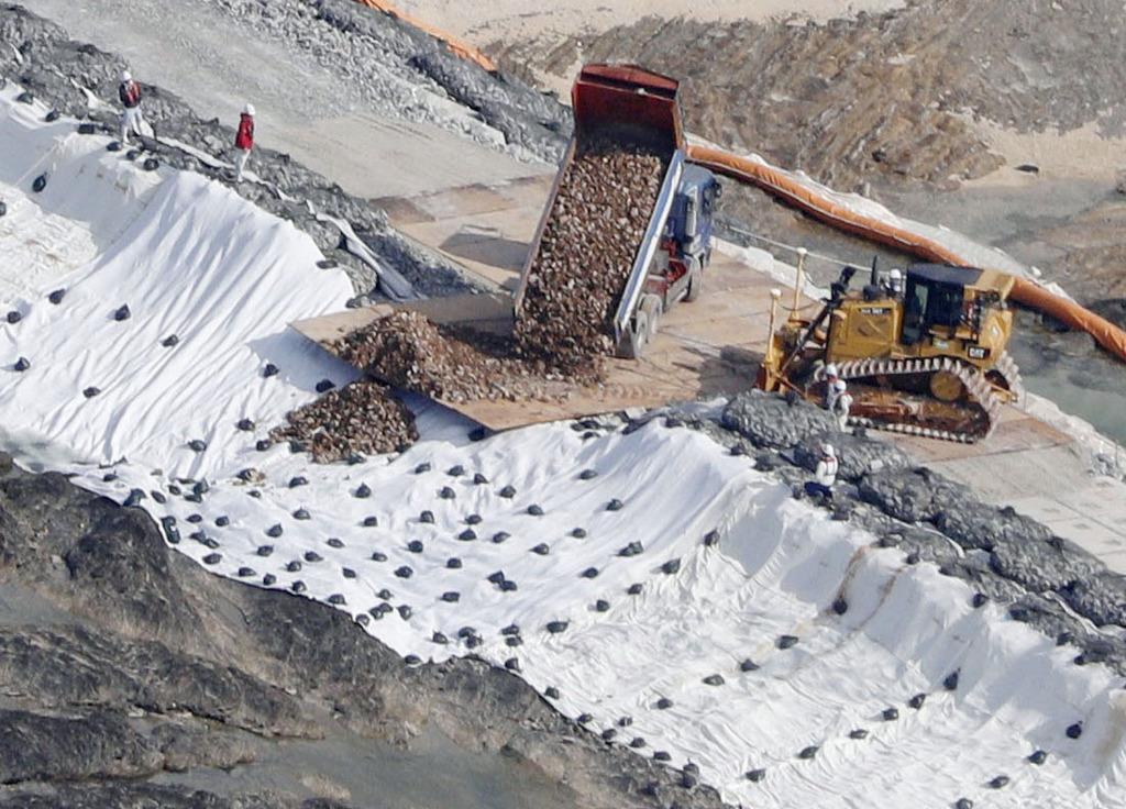 沖縄県名護市辺野古の沿岸部に投入される埋め立て用の土砂=12月14日午前