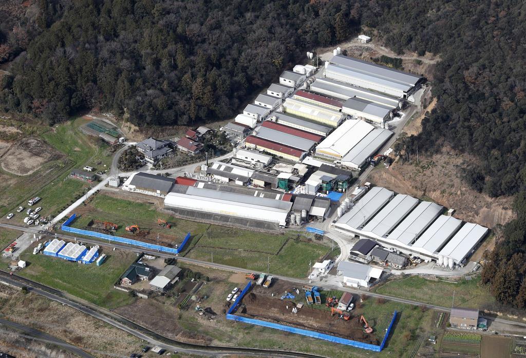 岐阜県内で6例目となる豚コレラが発生した大規模養豚場=25日、岐阜県関市(共同通信社ヘリから)