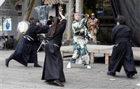 大阪・枚岡神社「お笑い神事」でコント仕立て殺陣大受け 男女5人、練習の成果披露