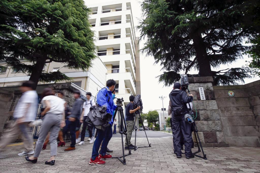 7月5日、臼井正彦理事長らトップが贈賄行為を主導した疑いが浮上した事件で報道陣が集まった東京医科大前=東京都新宿区