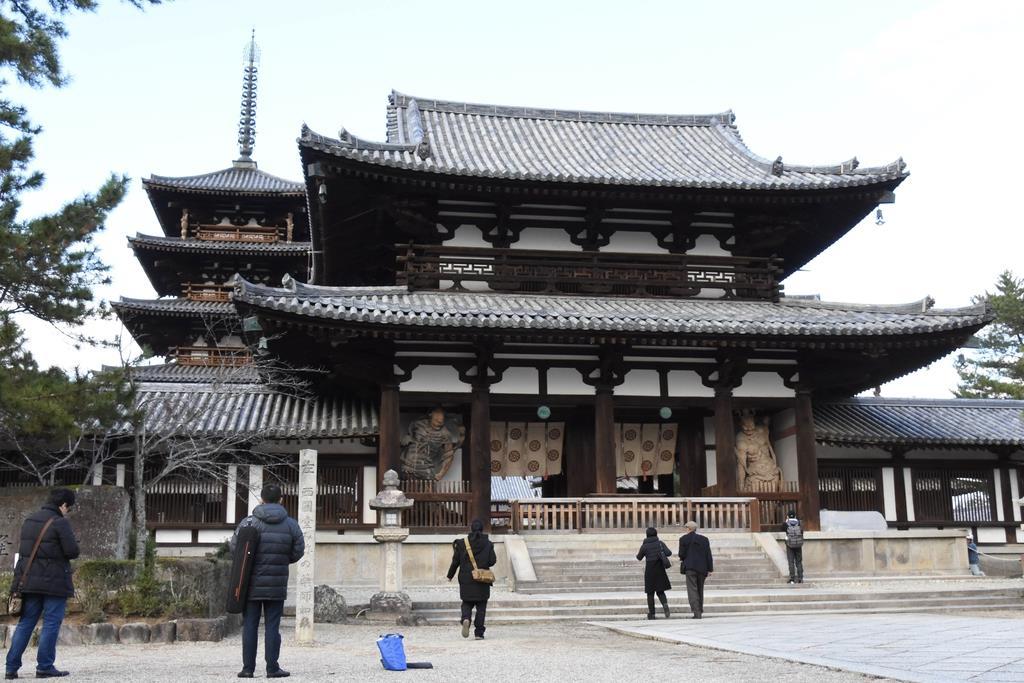 法隆寺中門、姿現す 瓦屋根と基壇の修理完了 - 産経ニュース