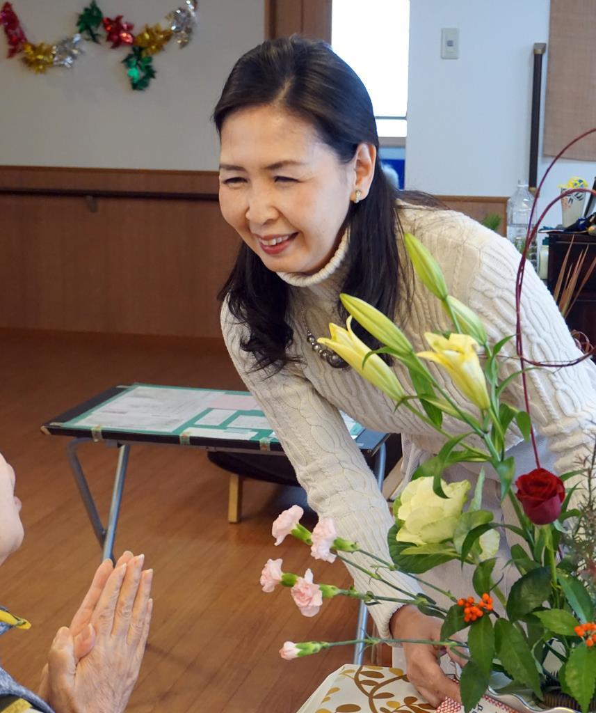 認知症グループホームでいけばな療法を実践する浜崎英子さん。参加者は「楽しい時間」と口を揃えた=京都市(加納 裕子撮影)