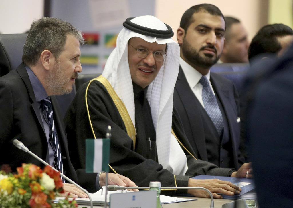 ウィーンで開かれた石油輸出国機構(OPEC)の会合に出席するサウジアラビアのアブドルアジズ・エネルギー相(中央)=2019年12月5日(AP)