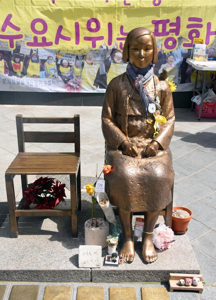ソウルの日本大使館前に設置された慰安婦像=2017年5月、韓国・ソウル(川口良介撮影)
