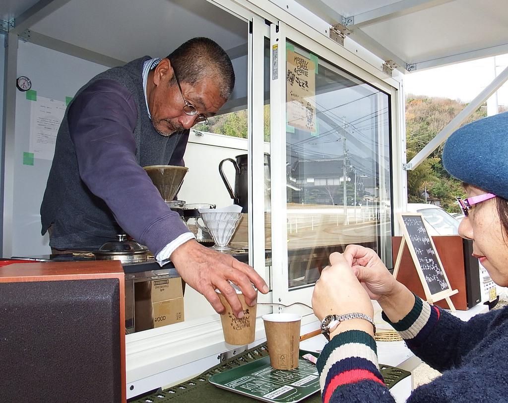 移動販売車での営業を始めた高本明英さん(左)と妻の由美子さん=岡山県矢掛町(中村宏二撮影)