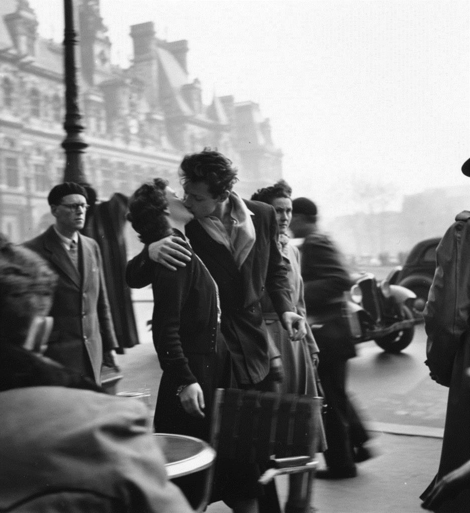 ロベール・ドアノー「市役所前のキス」1950年 何必館・現代美術館蔵