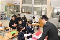 豪雨被災地で新学期、児童ら元気に登校