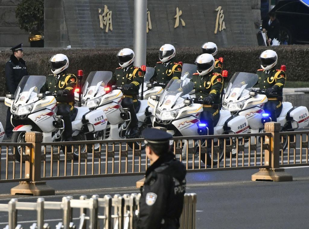 北京駅に向かう、北朝鮮の金正恩朝鮮労働党委員長の車列を先導するバイク=9日(共同)