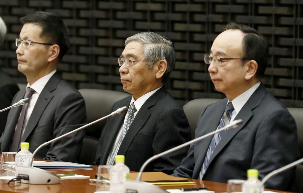 日銀の支店長会議に臨む黒田総裁(中央)=10日午前、日銀本店