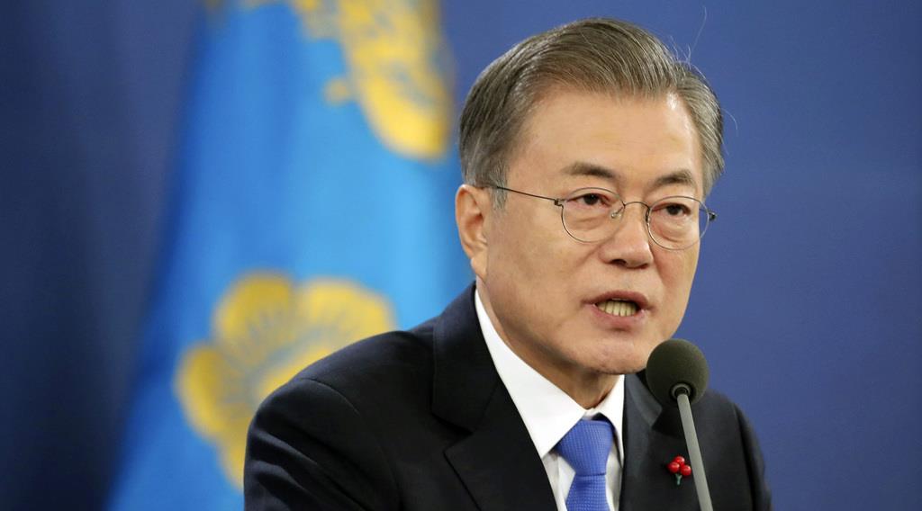 10日、ソウルの韓国大統領府で年頭会見を開き、報道陣の質問に応じる文在寅大統領(聯合=共同)