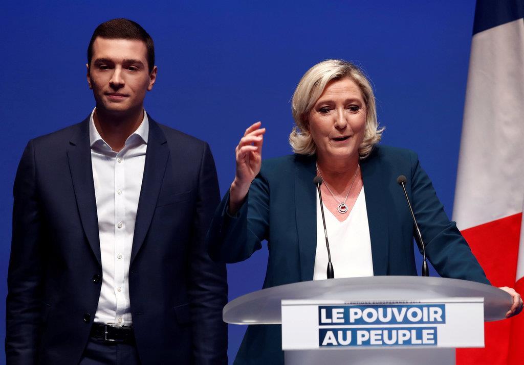 フランスの極右「国民連合」のルペン党首(右)と同党の比例名簿1位に指名された地方議員、ジョルダン・バルデラ氏=13日、パリ(ロイター)
