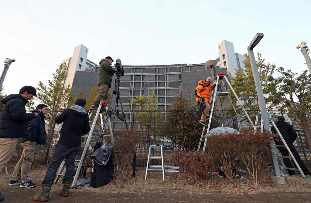東京地裁がカルロス・ゴーン被告の保釈請求を却下したとの一報で、東京拘置所前に集まった報道陣=15日午後、東京都葛飾区(桐原正道撮影)