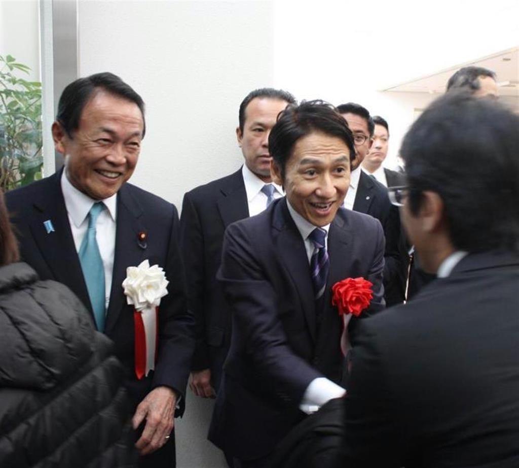 福岡知事選 麻生氏、小川知事を...