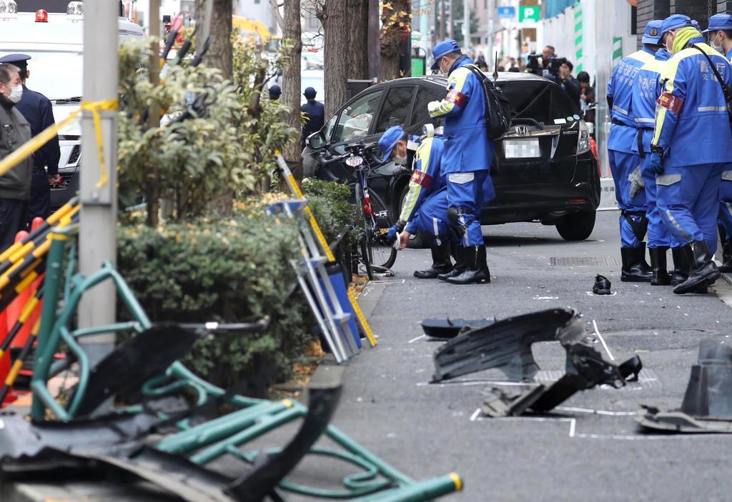 新宿駅近くで暴走し歩道に乗り上げた車=16日午後、東京都渋谷区(松本健吾撮影)
