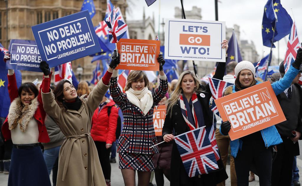 15日、ロンドンの英議会近くで、メッセージを掲げる離脱派の人々(AP)