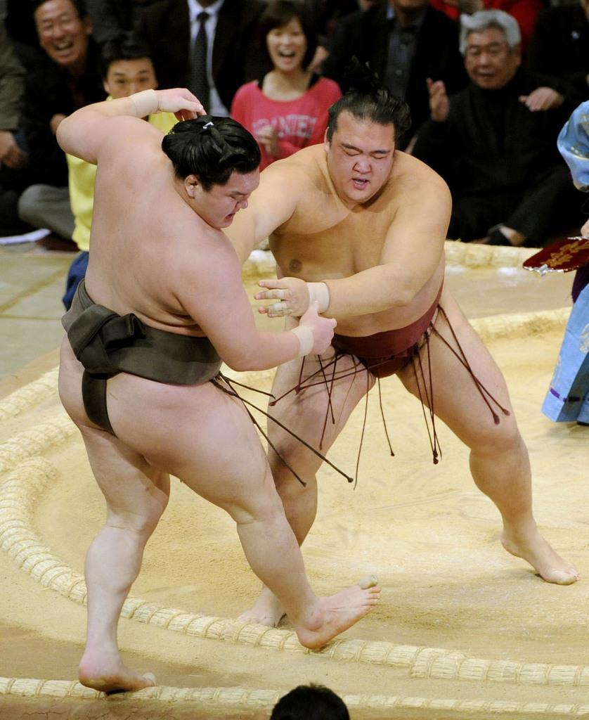 2010年11月、大相撲九州場所で白鵬を破り、白鵬の連勝記録を63で止めた稀勢の里=福岡国際センター