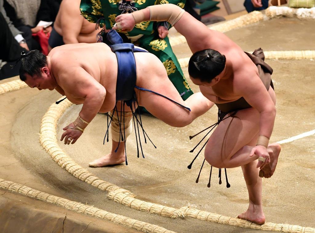 大相撲一月場所4日目 白鵬は突き落としで北勝富士を破る=16日、両国国技館(撮影・佐藤徳昭)