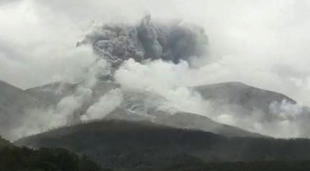 鹿児島県口永良部島で発生した噴火をとらえた気象庁監視カメラの映像=17日午前9時32分
