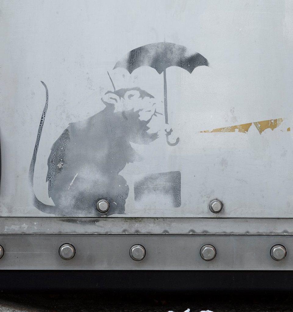 都所有の防潮扉に描かれた、バンクシーの作品の可能性が指摘されているネズミ(東京都提供)